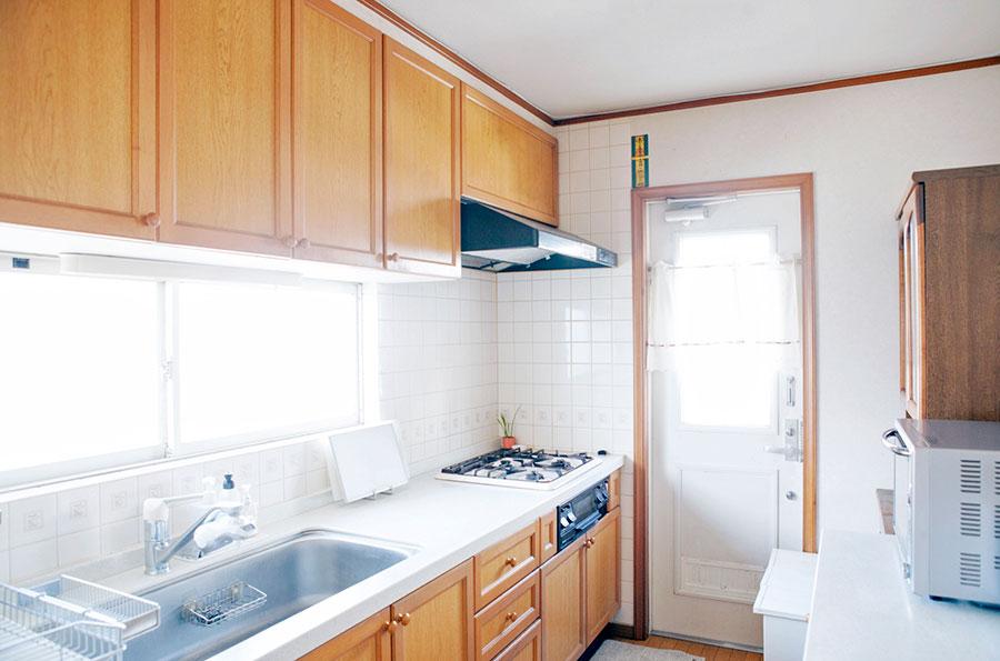 ダイニングからも見えるキッチン。ものを出さないように収納場所を決めておくことでキレイが保たれる。
