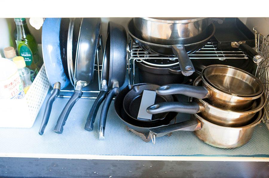 鍋類はコの字ラックで2段に。調味料はカゴに入れてひとまとめにしている。