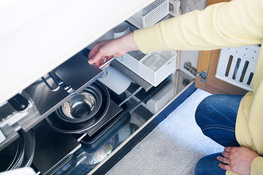 シンク下では配管を避けつつ棚を設けることができる、KEYUKAの「arrots伸縮ラック」を使用。