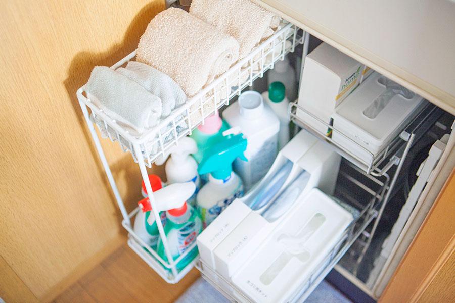 キッチンまわりの消耗品や布巾を。袋類はプルアウトボックスが断然便利。