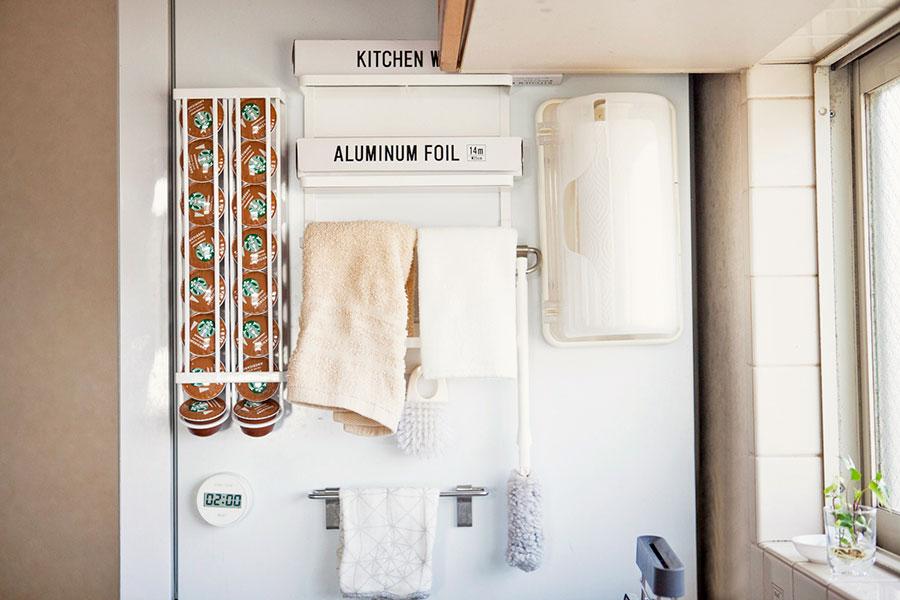 冷蔵庫横は使えるスペース。マグネット付きのグッズを活用して、ここにあると便利なものを。