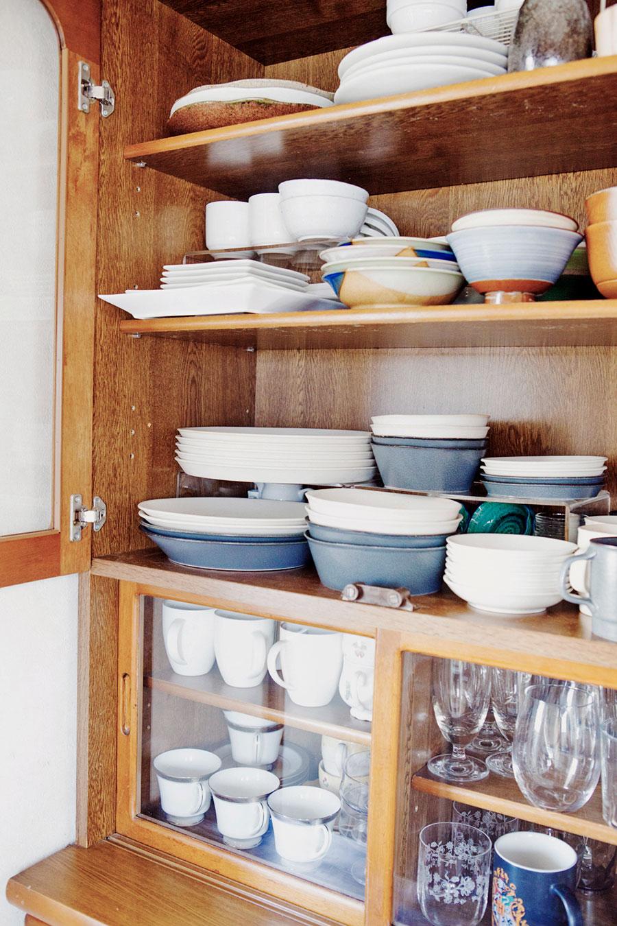 アイランドの横の食器棚。よく使うものを手前に。奥のものは定期的に見直すようにしている。KETUKAの和にも洋にも使える食器がお気に入り。