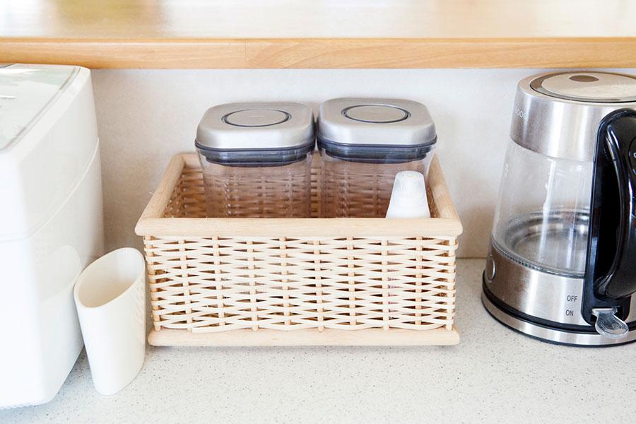 ご飯を炊くとき一緒に使う玄米や押し麦を容器に入れ、カゴにセット。カゴの面に覆われることで見た目にすっきりとさせられる。
