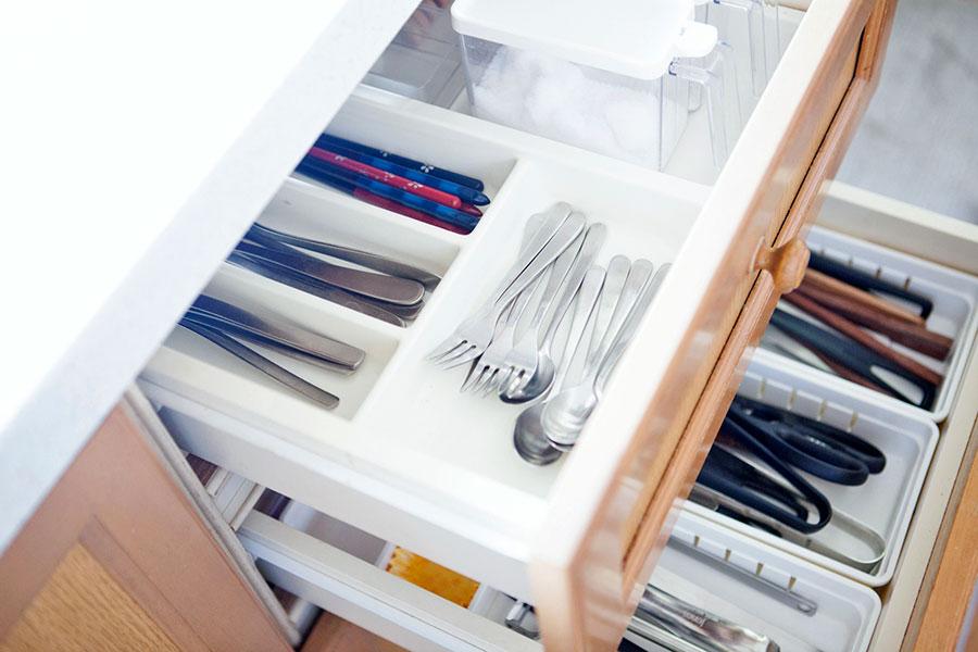 毎日使うお箸やカトラリーは手前に。仕切りトレーを使うことで必要量が守られる。