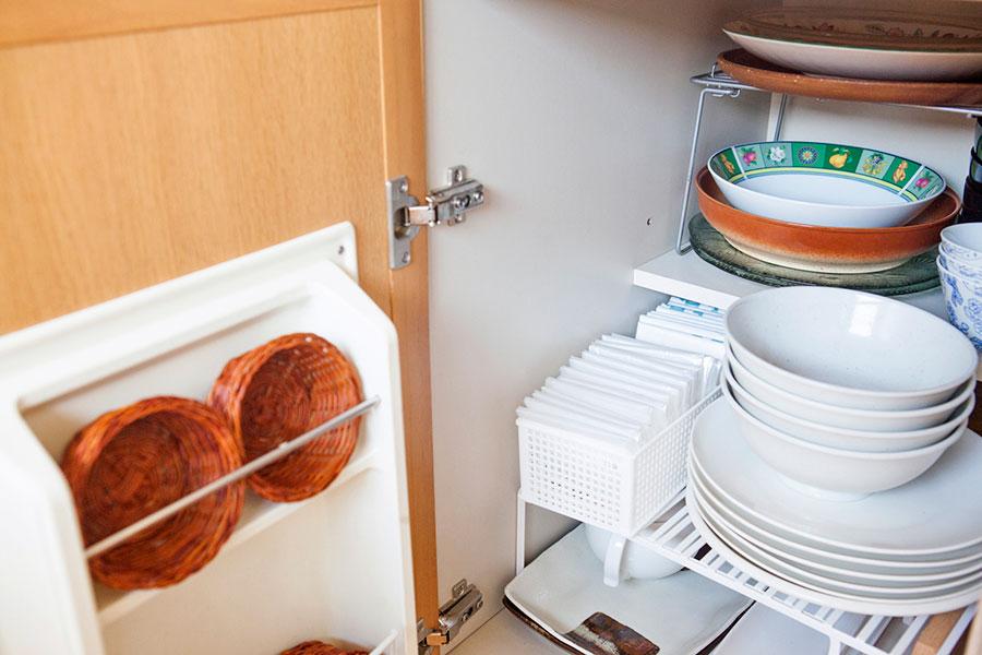 ラックを活用して2軍の食器を収納。ゴミ袋は1枚ずつ折り畳んで取り出しやすく。