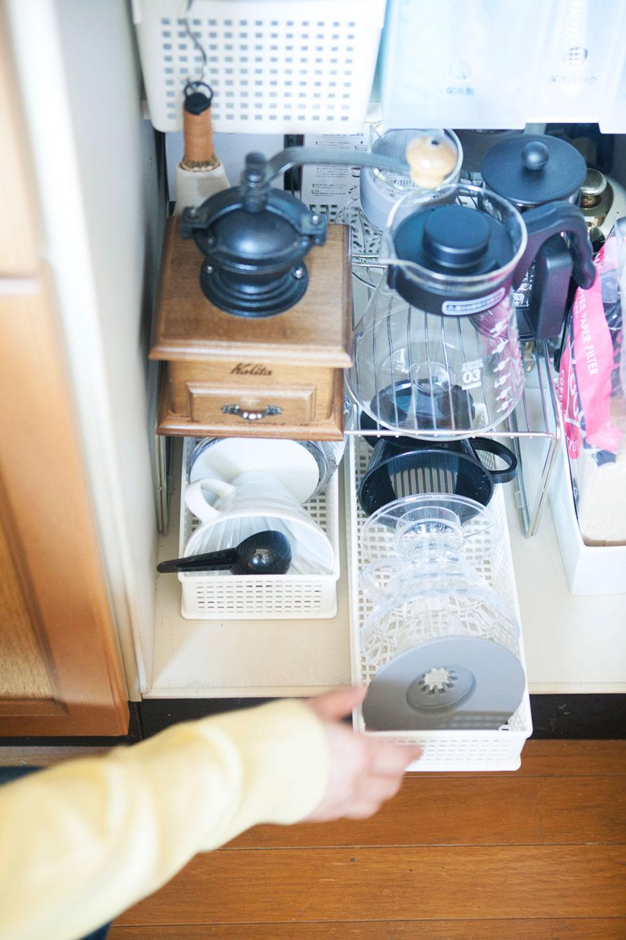 コーヒー好きな夫のために設けたコーナー。ラックを活用して空間利用。さらにドリッパーをカゴにまとめている。