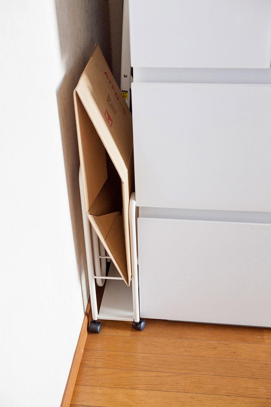 KEYUKAの「スリムにまとまるダンボールストッカー」を愛用。冷蔵庫横の隙間にぴったり入り、保管場所に困る段ボールを仮置きしておける。