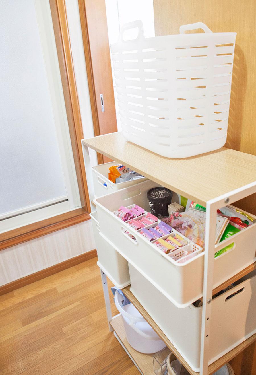 ニトリのラックを活用。白いボックスの面により、色々なグッズのカラーが隠され、すっきり。入浴剤もパッケージから出して個包装に。