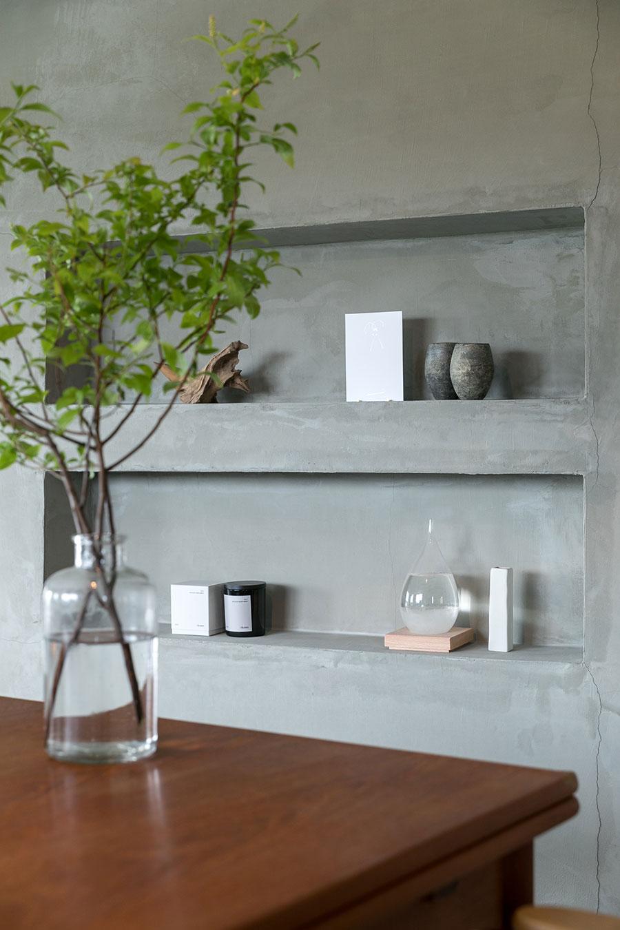 空間を分ける斜めの壁に、美しいプロポーションの飾り棚を設置。