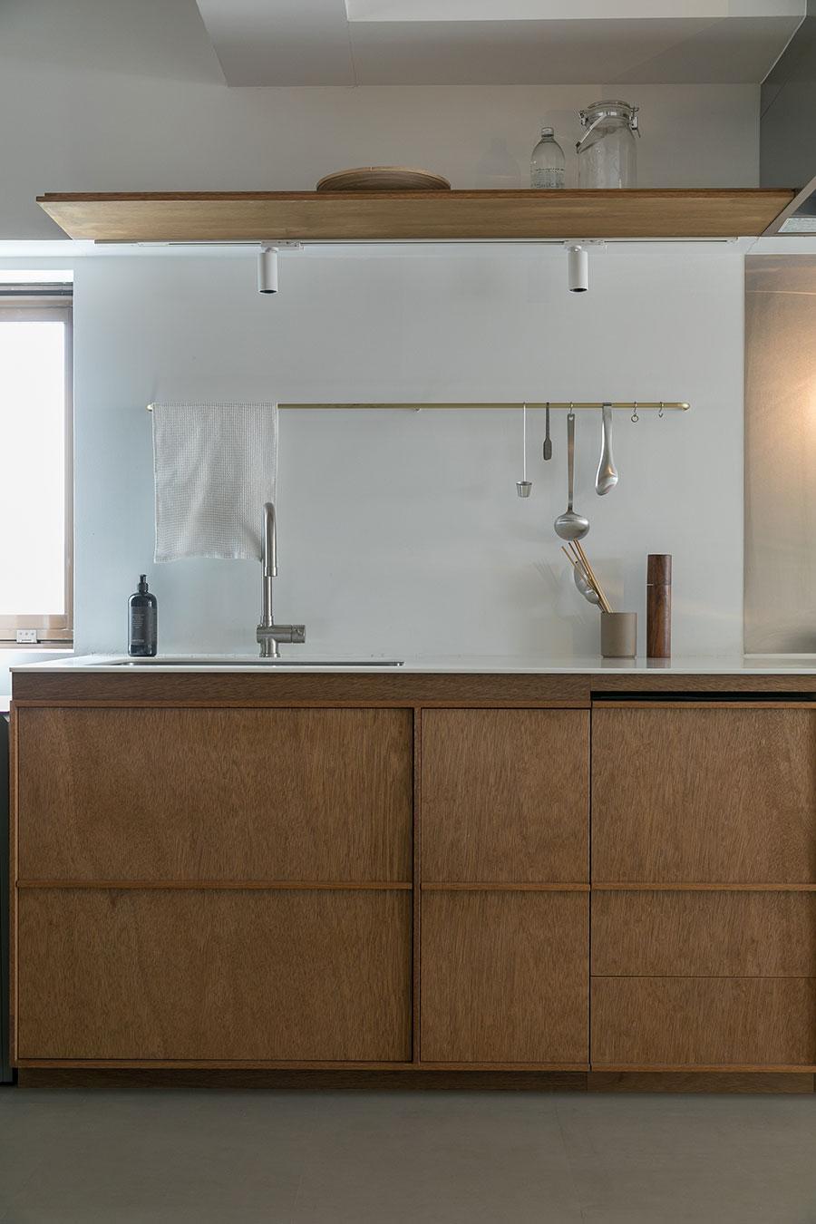 キッチンの上の棚板の薄さに注目!