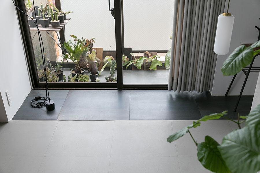 南側の窓際には土間スペース。緑の手入れも楽しめる。