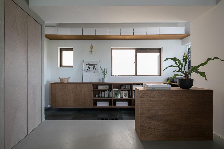手前の本棚はDIYで。「ラワン材をホームセンターでカットしてもらい、既存の本棚の上から張りました。作り付けの家具の色に合わせてペイントしています」