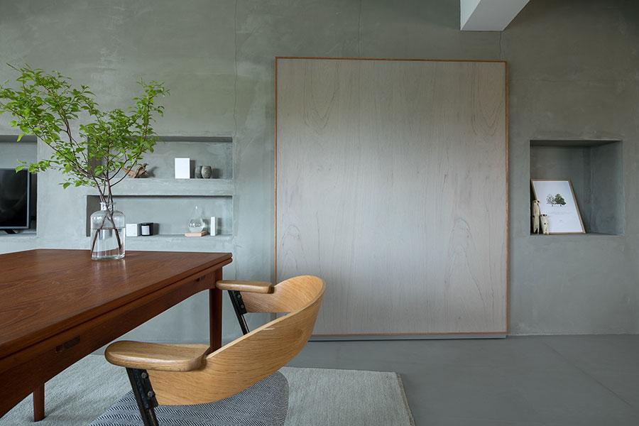 壁の四角い木のフレームは……、なんと扉。