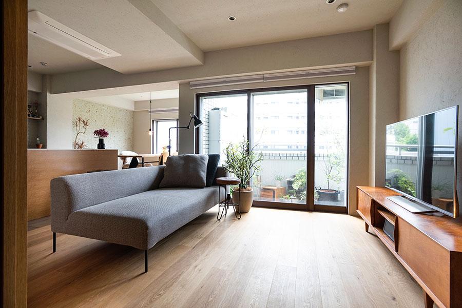 南向きのバルコニーから明るい光が差し込む。オークの床が心地よい。ソファーは広島のALGORHYTHMのもの。