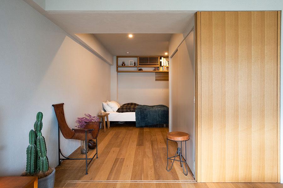 リビングからベッドルームへと回遊。右側の引き戸を閉めて個室にすることも。引き戸の向こうがWICになっている。