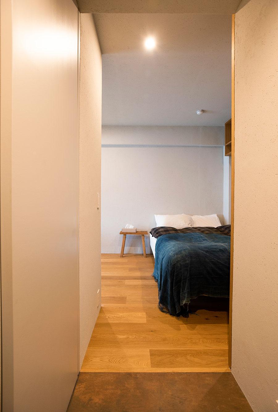 玄関からベッドルームに直行することも。左手にWICがあって導線がいい。