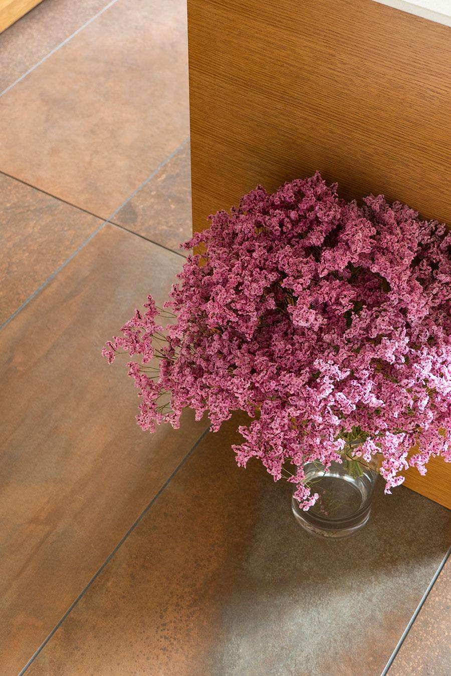 水廻りの床は、アオイデザインに紹介された平田タイルの製品から選んだ。ムラのある色合いと、タイルの質感が味を出す。