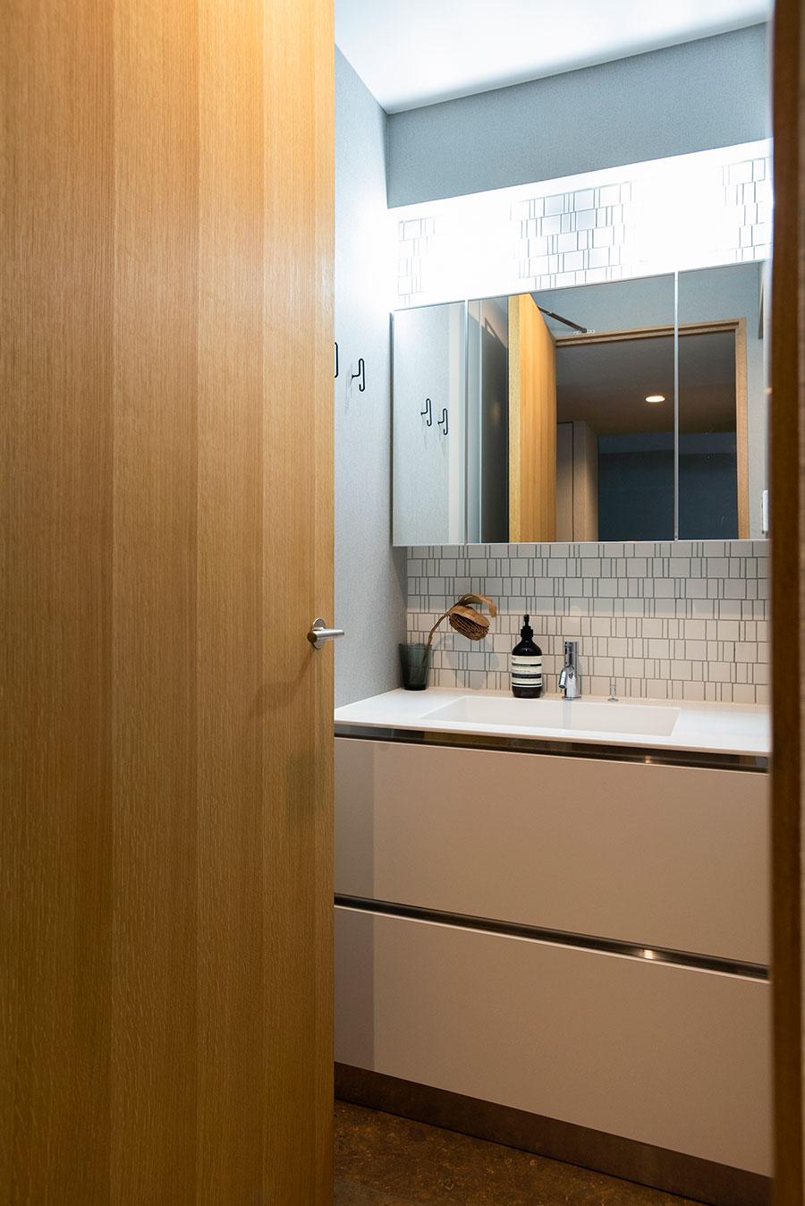 タイルの貼り方が印象的な、清潔なサニタリー。洗面台はサンワカンパニー。