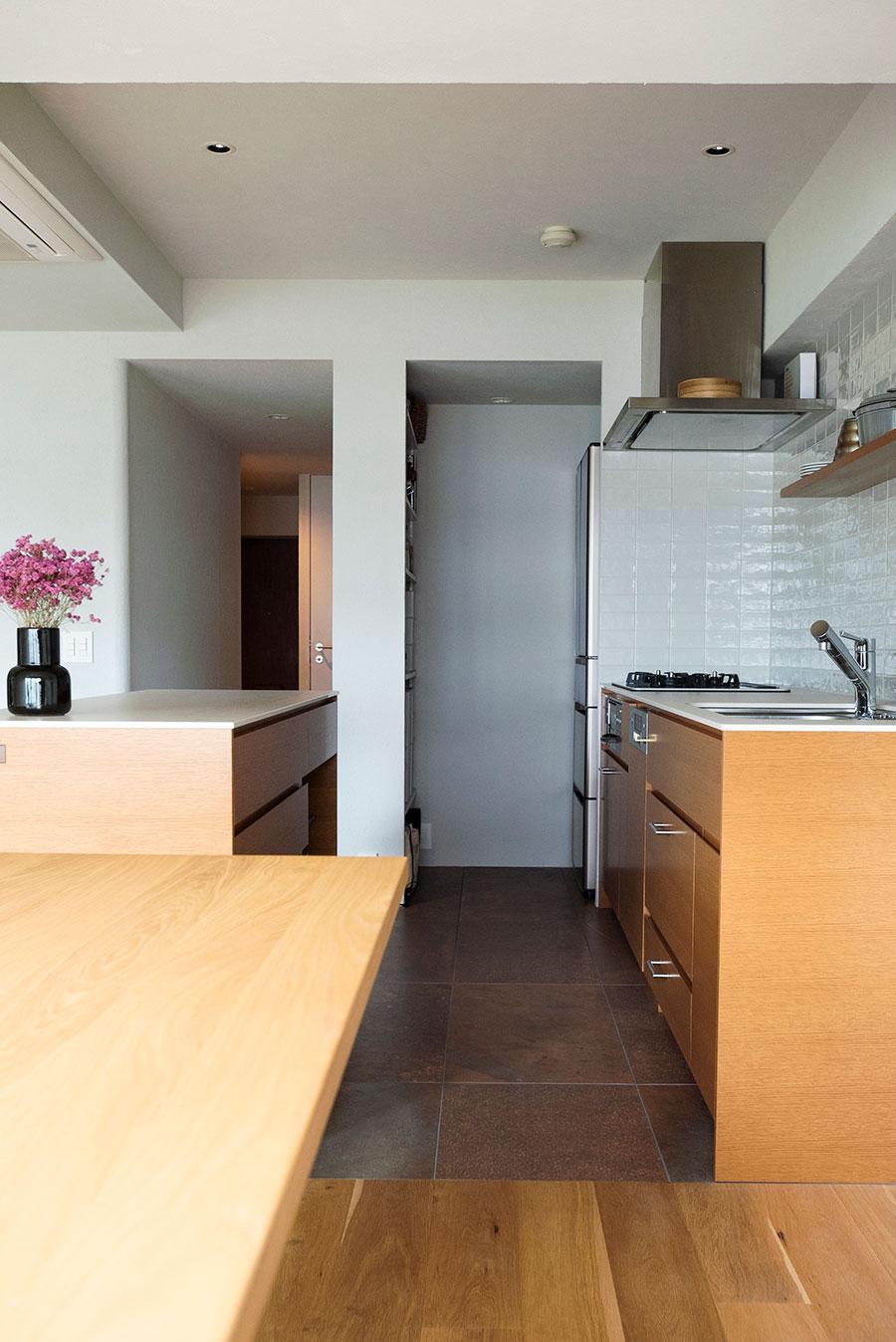 コンロの奥にはパントリーを設け、冷蔵庫や食品ストックを目隠し。