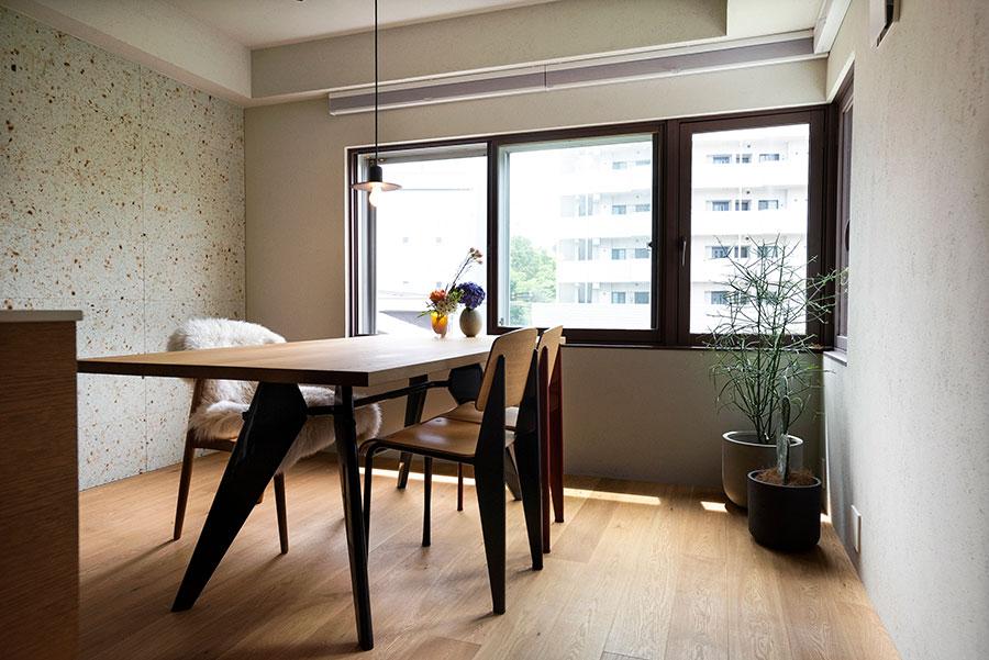 ダイニングセットはvitra.。ジャン・プルーヴェがデザインしたEMテーブルにスタンダードチェアを。ブラインドは天井に近い位置から取付けた。