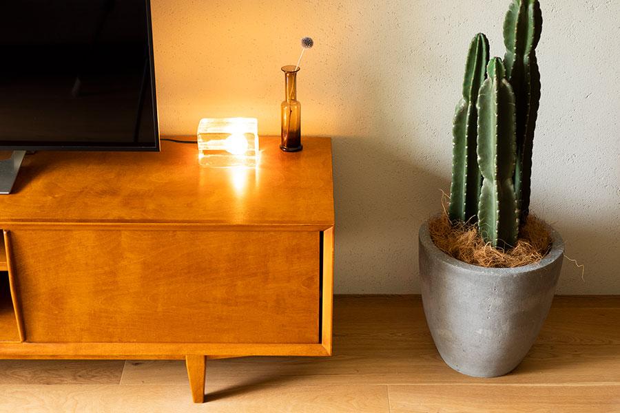 PACIFIC FURNITURE SERVICEのテレビボードの上で、Design House Stockholmのブロックランプが光を放つ。
