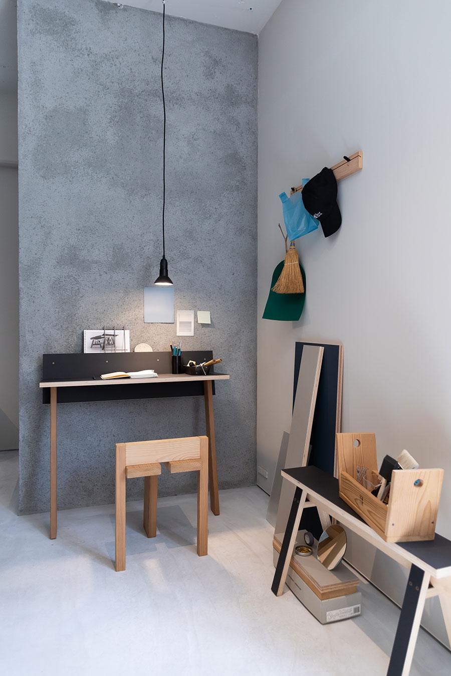 『石巻工房』の最新アイテム。左の壁に立て掛けて使うデスクは、省スペースでリモートワークのコーナーを作れる。