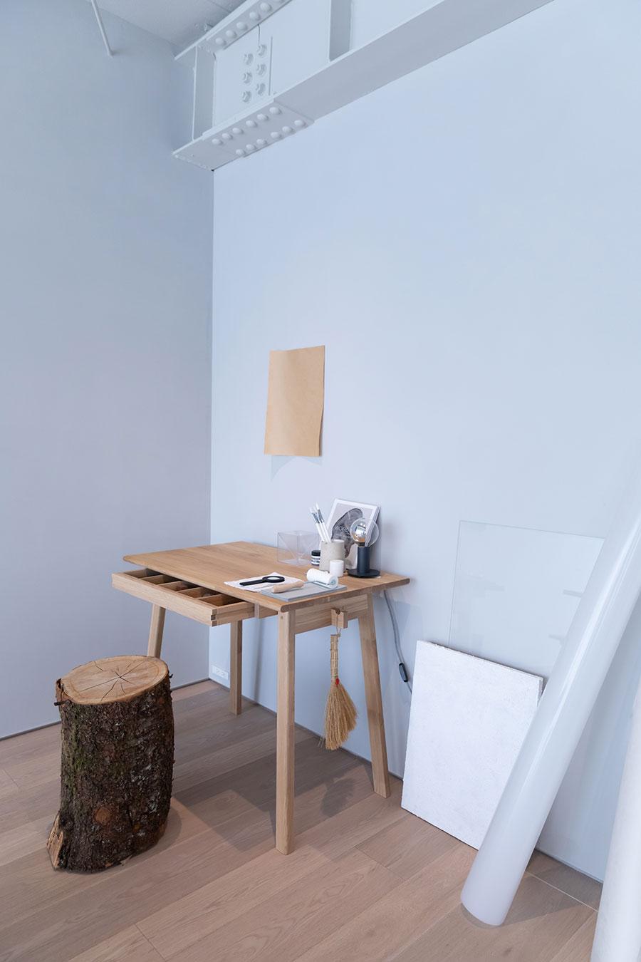 テーブルの引き出しは両側から引き出すことができる。デスクとしても、ダイニングテーブルにも。