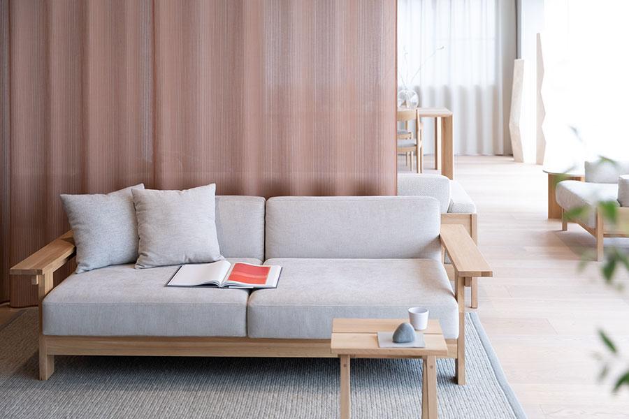 『石巻工房』らしい、直線的なデザインのソファ。カリモクのクッションで座り心地が抜群。