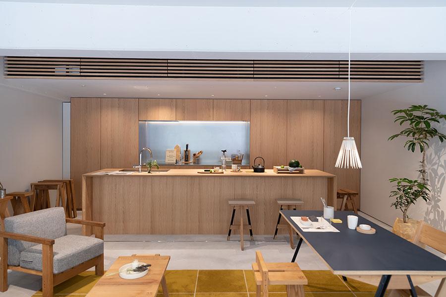 1階のキッチンもカリモク製。パーテションで仕切ることもできる。