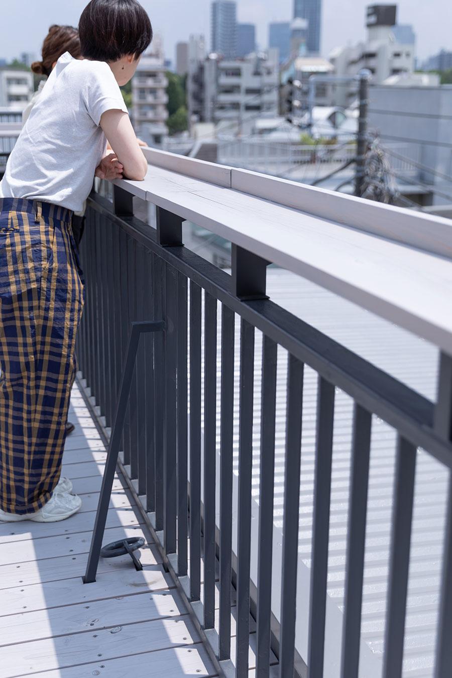リノベーションの際、屋上の手すりの上に幅広の板を渡し、くつろぎのスペースに。