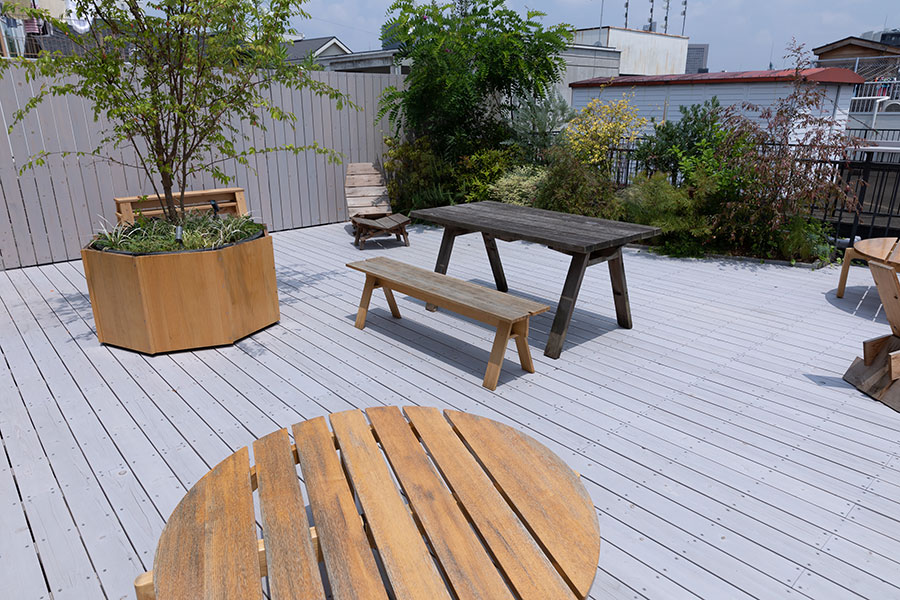 屋上には木と深い関係のあるカリモクらしく、屋上には植栽が施されている。展示に合わせて『石巻工房』の家具も並んでいる。