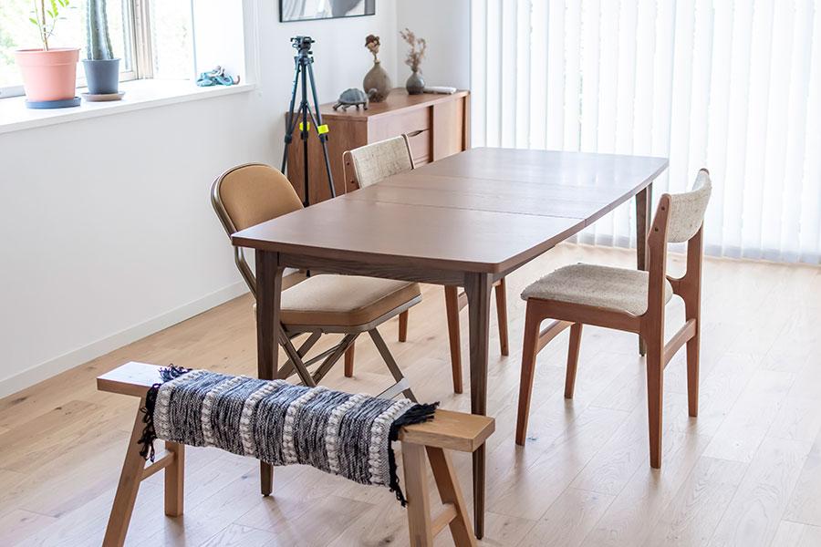「ACME Furniture」の伸長式ダイニングテーブル。