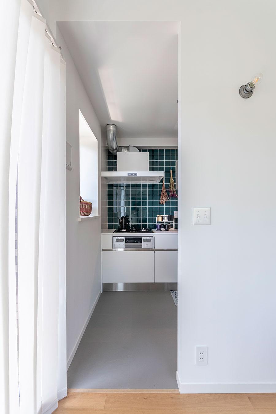 キッチンへの導線はダイニング奥の通路から。