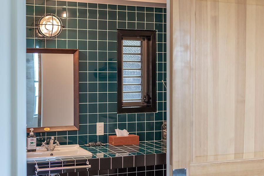 リビングにある引き戸の先には、バスルームと洗面所が。