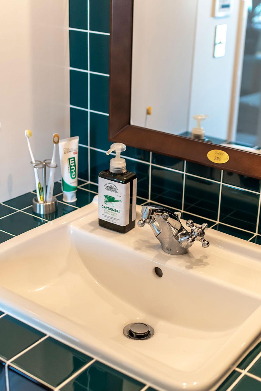 洗面ボウルは「CERA TRADING」のもの。