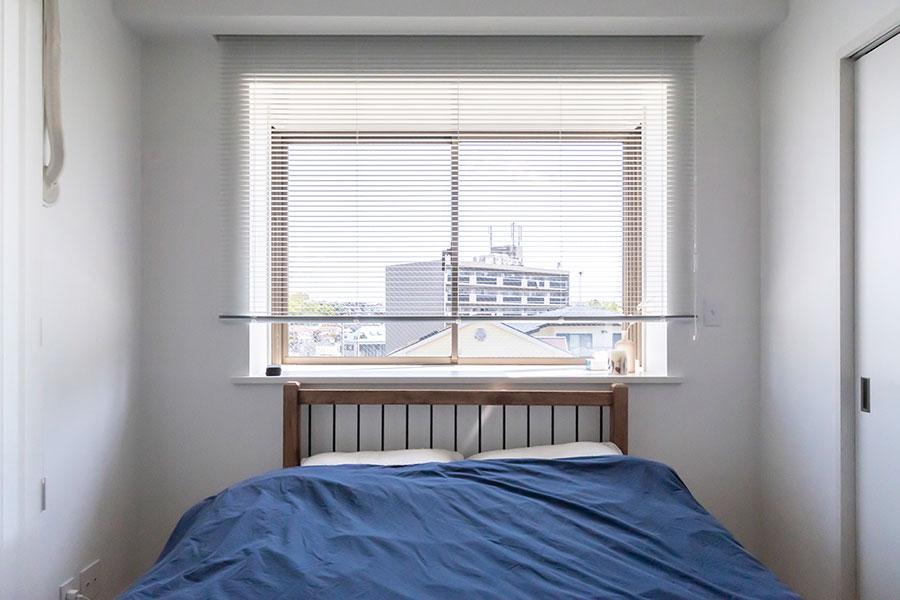 寝室にはダブルベッドだけを置いてシンプルに。