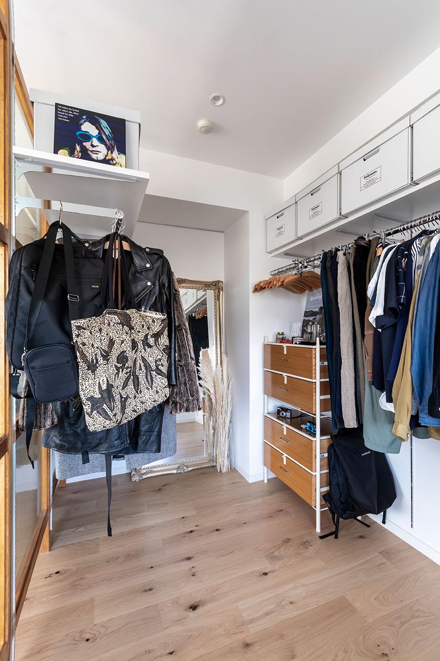 夫婦2人の衣類を収納できる、余裕のあるWIC。