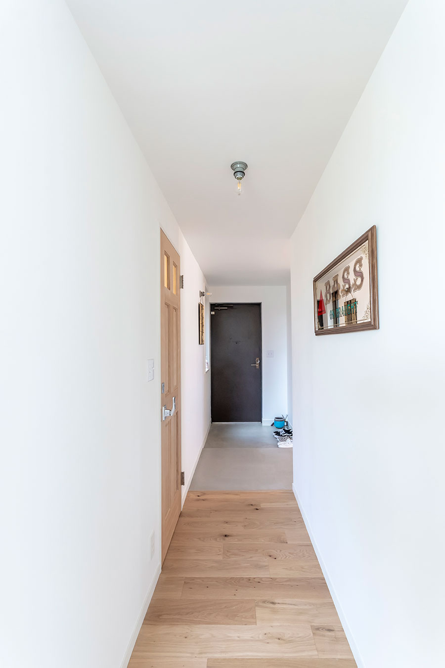 玄関から土間までの床はモルタル塗装、廊下から先は楢の無垢材を使用。