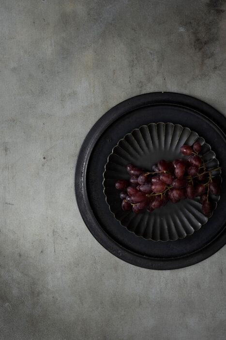 シンプルな皿に重ねて演出しても良し。 どっしりした重みがあって、なかなかの存在感。