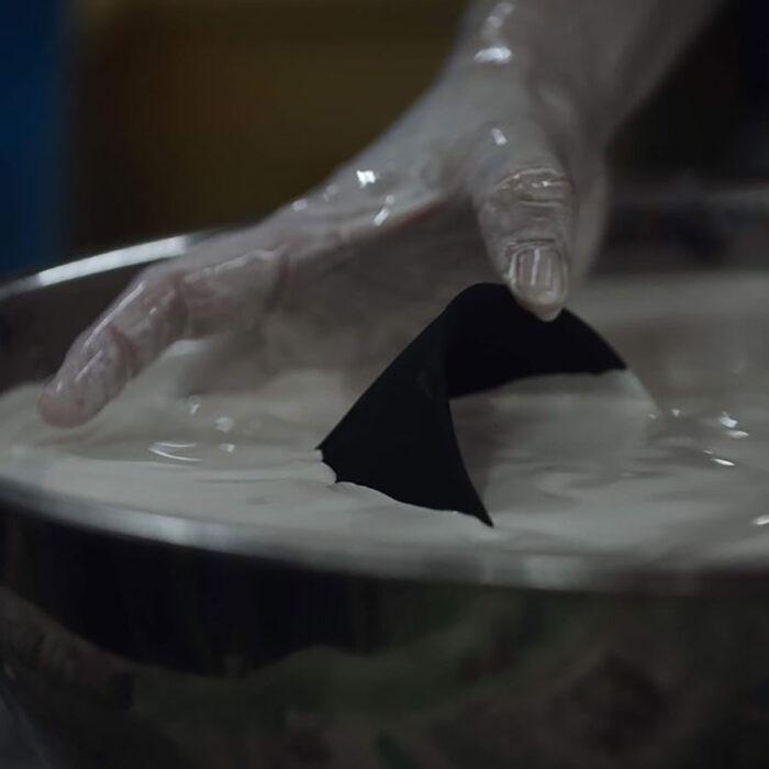 黒い化粧土に透明感の無い乳白の釉を重ねることで独特の質感に。