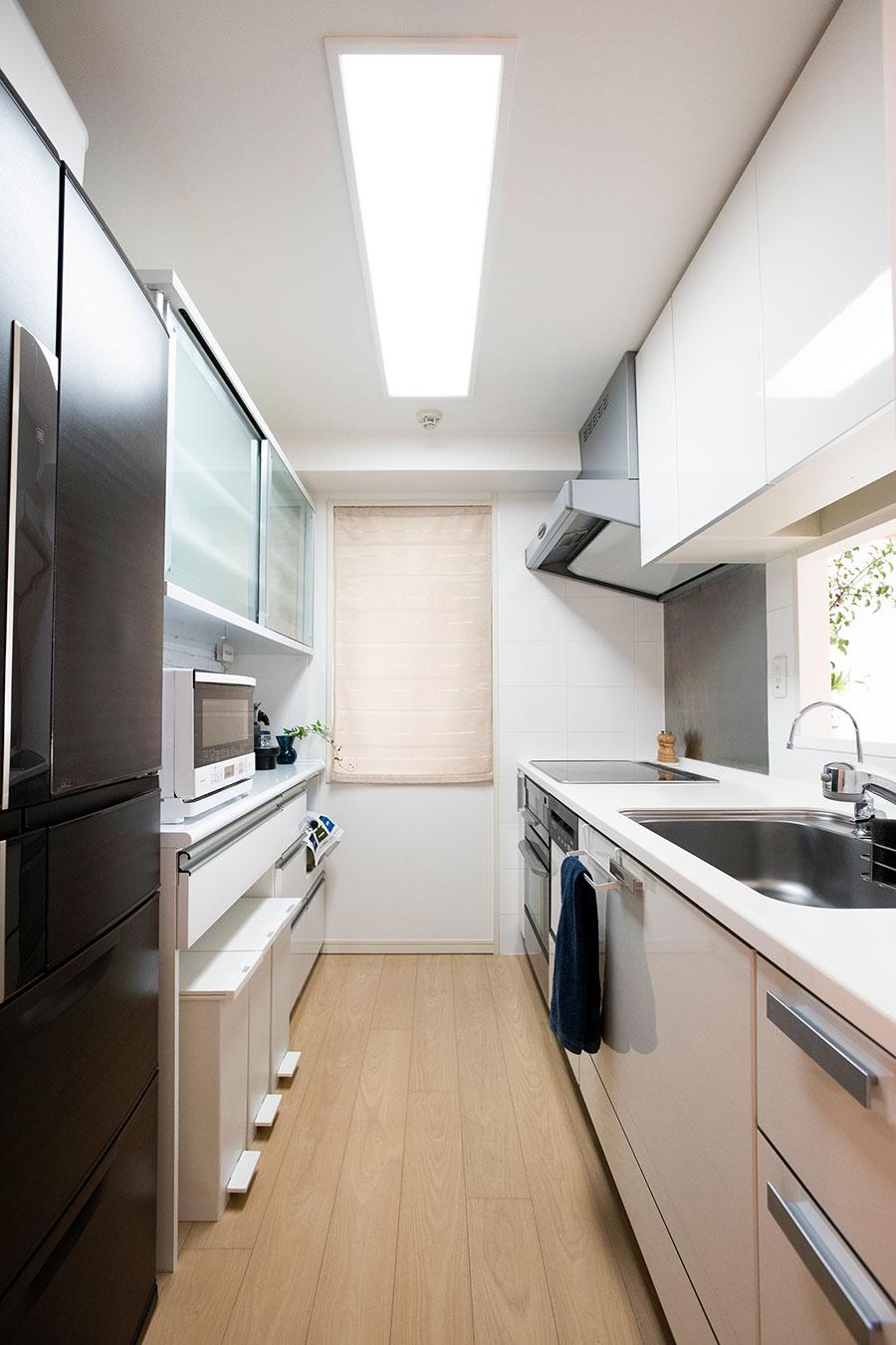コンロまわりで出しっ放しにしているのはコショウのみ。調理器具や調味料などは取り出しやすい位置に収めているので、作業効率もよい。