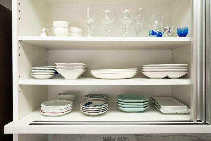 普段使いの食器類はこれだけ。同じ種類の食器だけを重ねること、隙間をあけて収めることで取り出しやすくしている。上段の左端は、料理の際に指輪を外して仮置きできる、無印良品のリングホルダーを活用。
