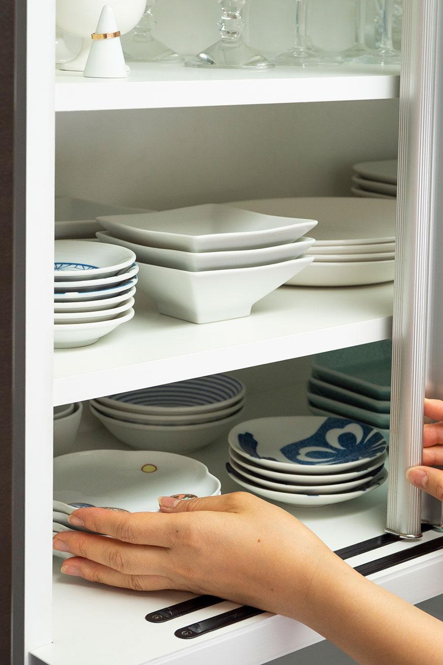 よく使う食器は、扉を全開しなくても取り出せる端の方に置いている。