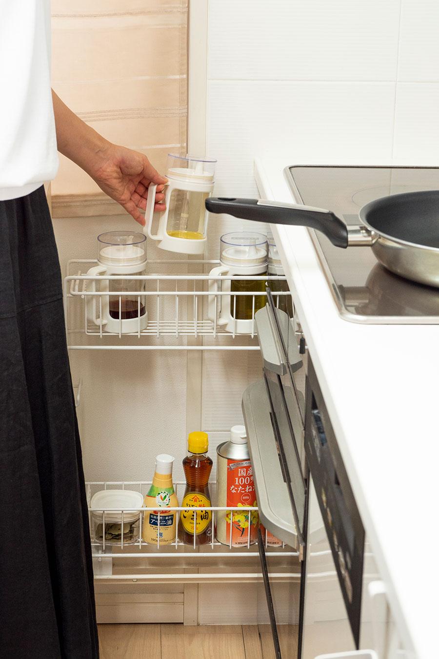 油や調味料は容器に詰め替え、立ったまま手が届く位置に。
