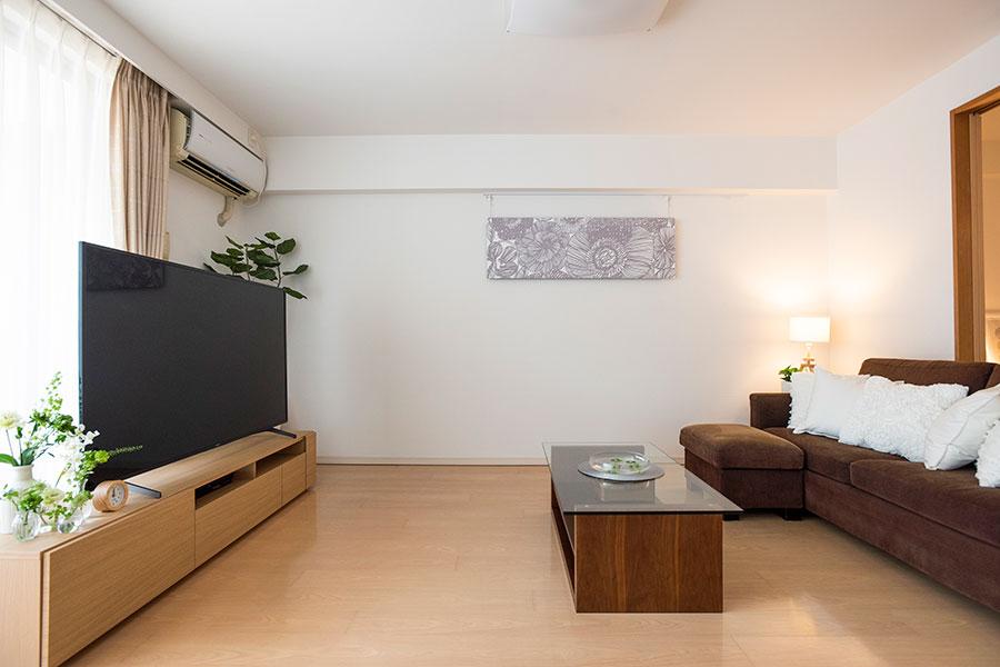 ソファー脇の収納とテレビボード収納に、リビングで必要なものを。以前敷いていたラグを取り除いたら、さらにすっきりしたそう。