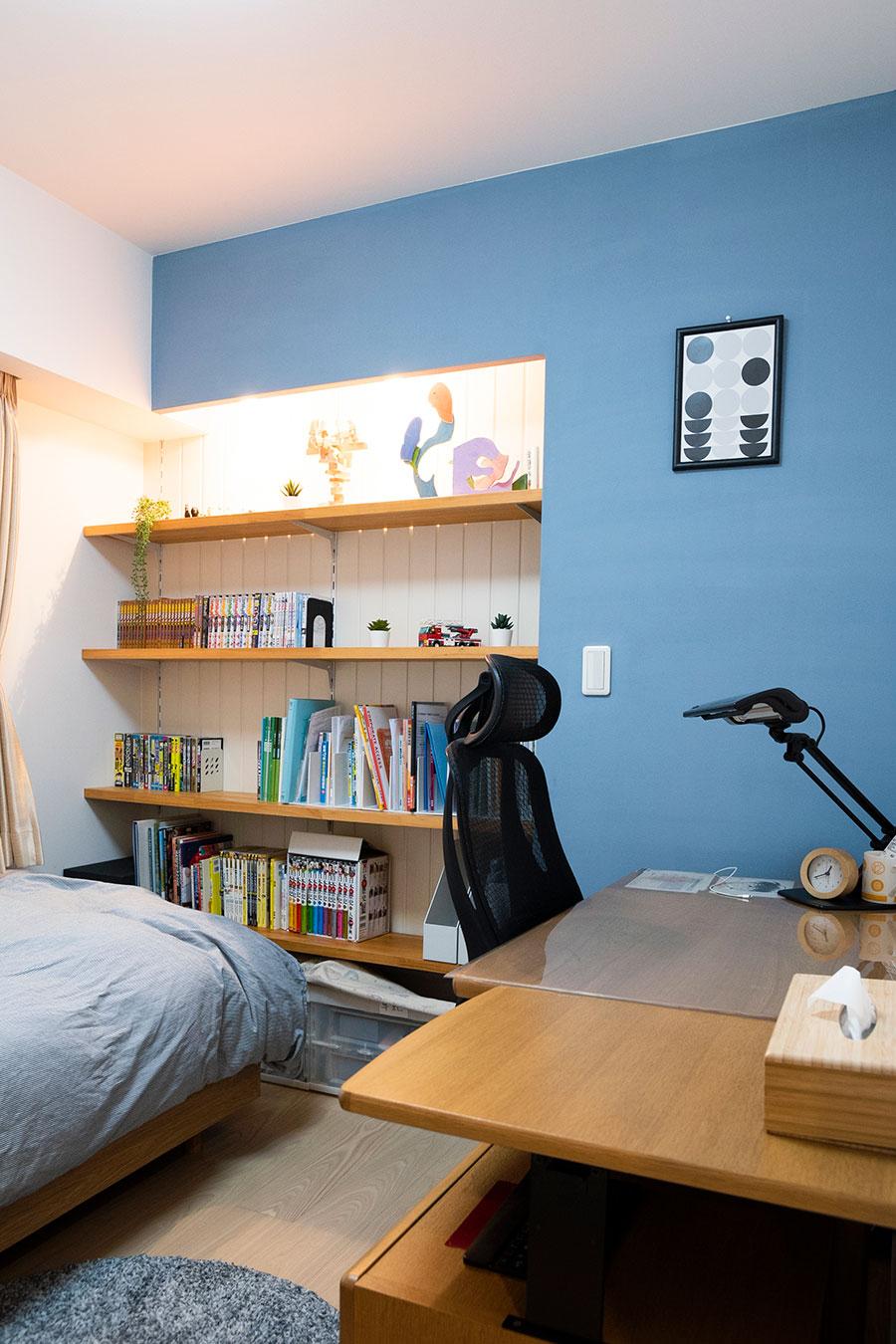 片づけを促すよう考えられた次男君の部屋。壁は珪藻土塗料のKペイントをDIYで塗ったそう。