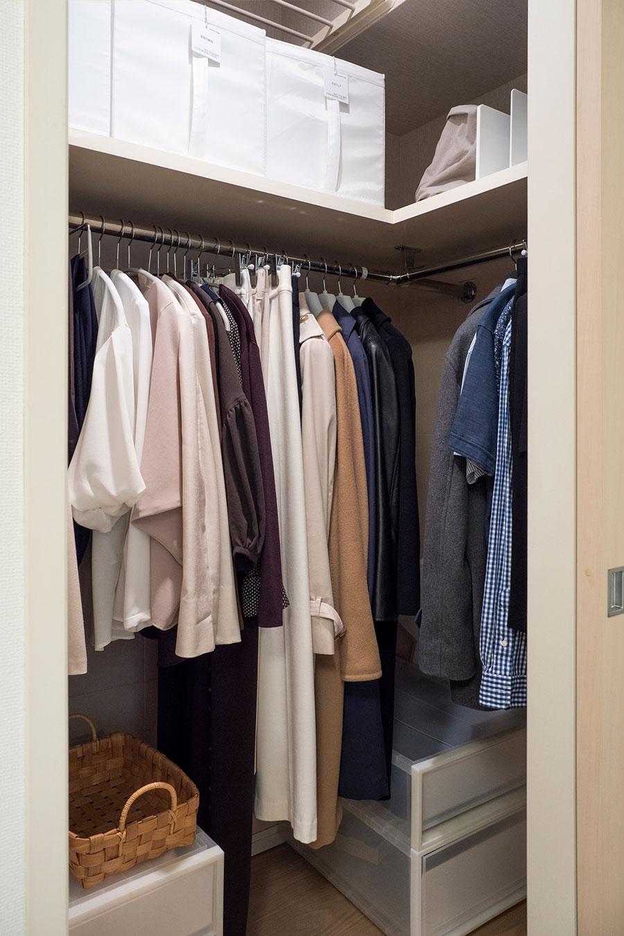 夫とふたりで使っているクローゼット。手前の1列がむらさきさんの1年分のかけておく衣類。上段はボックスを使って色別にバッグを収納。よく使うバッグは上段の右側に、ブックスタンドで立たせている。