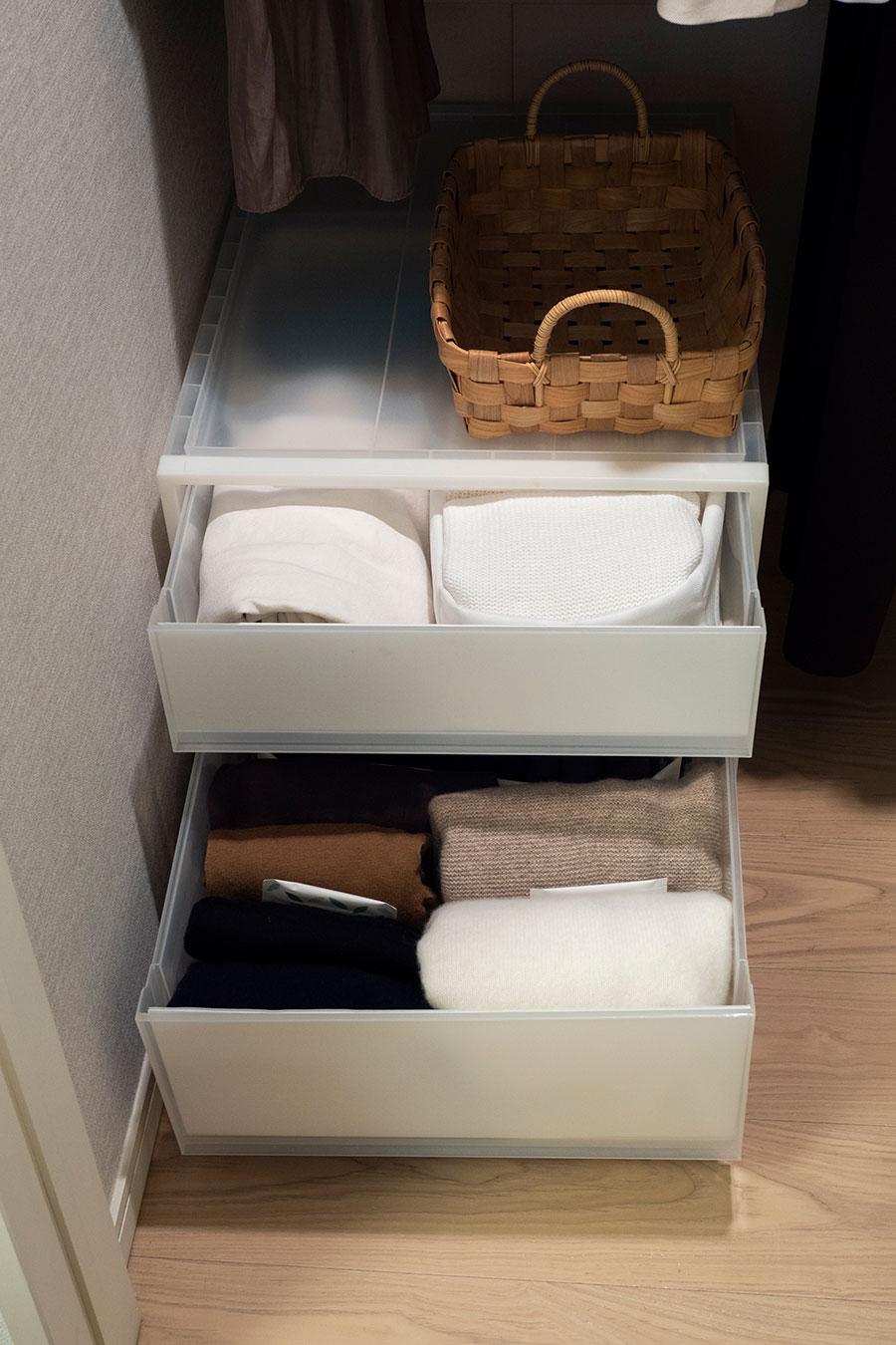 床上のカラーボックスにはニット類を。重ねずに収納することでひと目で判別しやすくしている。「服の数を絞っているので、着るものを選ぶとき迷うこともありません」。