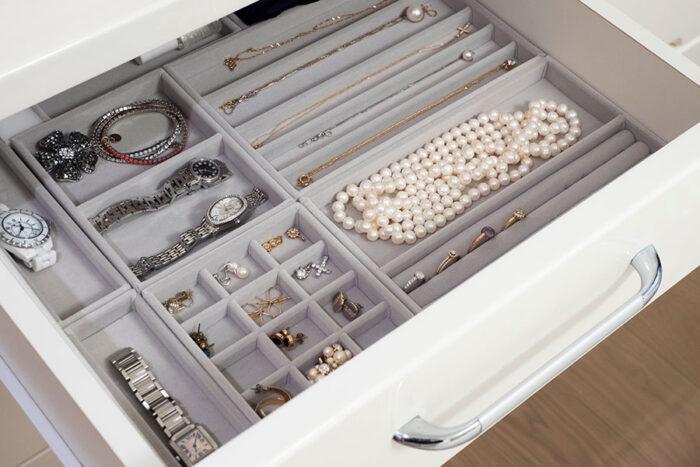 ベッドルームに置いたチェストには、普段使うものを収めている。いちばん上には無印良品のケースを組み合わせて、アクセサリーを収納。