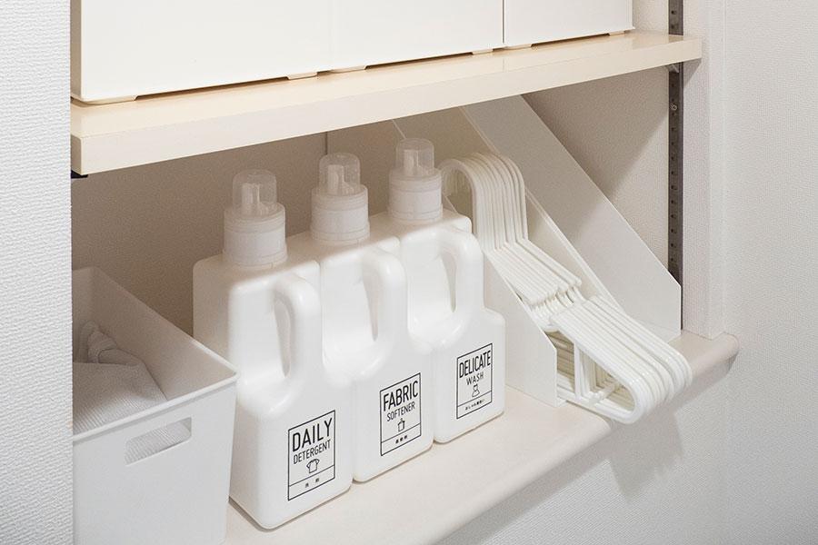 洗剤は容器に詰め替えて。白で統一することで、色の氾濫が抑えられる。